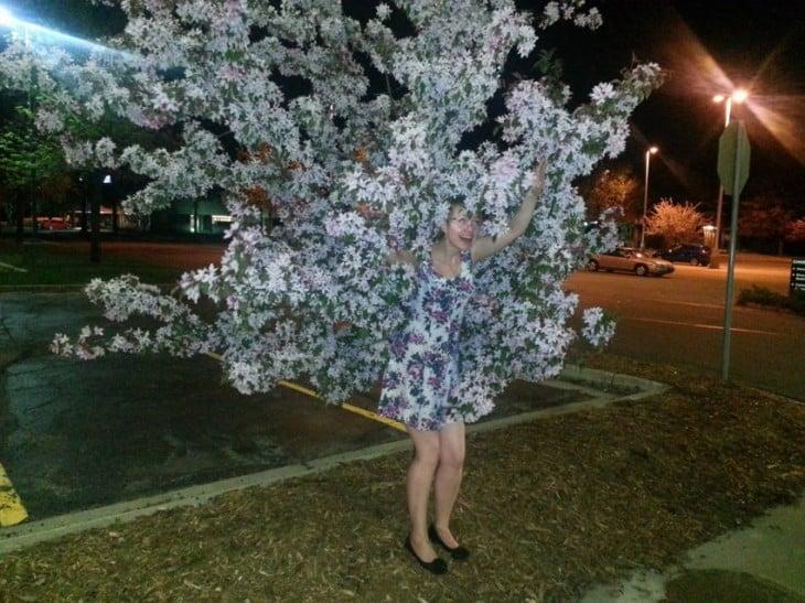 chica vestida del mismo color que las ramas de un árbol