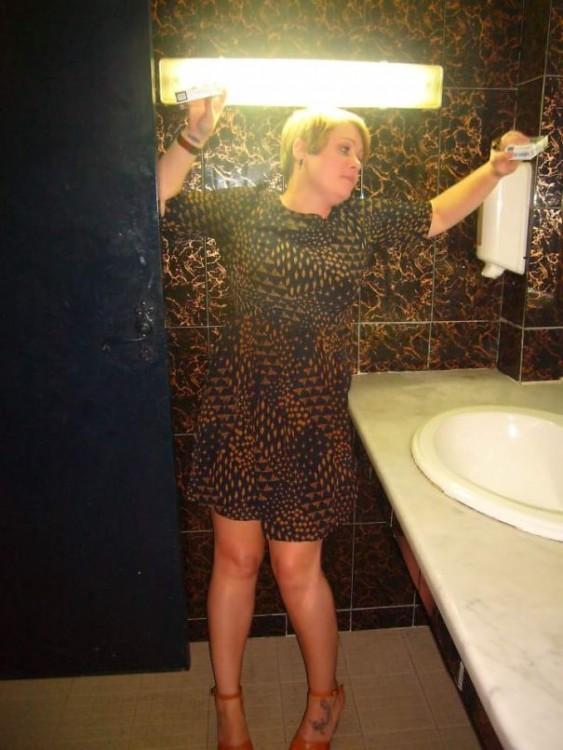 chica en el baño con un vestido similar al diseño de una pared