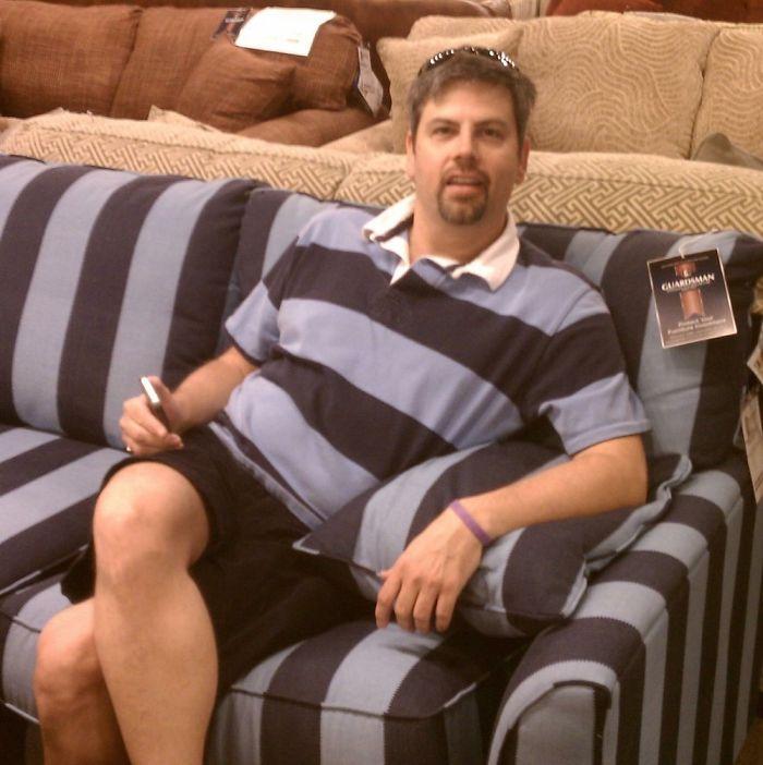 hombre vestido similar al sillón donde se encuentra sentado