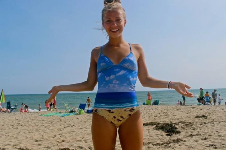 chica en la playa donde su vestimenta encaja perfecto al mar y la arena