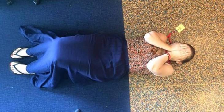 chica vestida de los mismos colores al de un piso