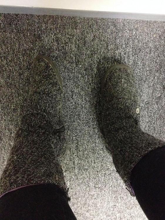 botas del mismo color al de la alfombra de un piso