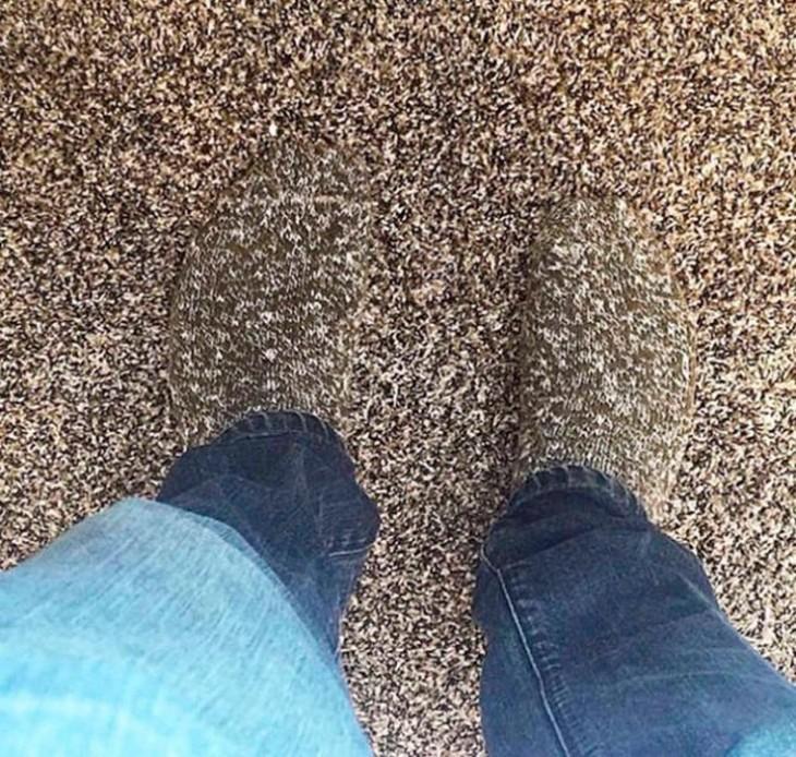 calcetines camuflajeados con la alfombra del suelo