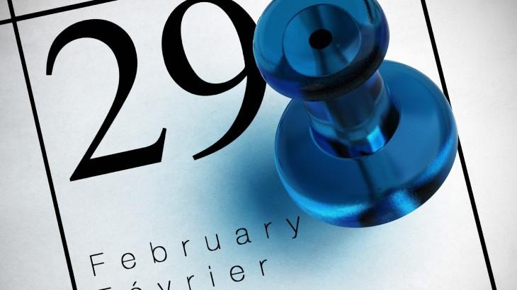 29 de Febrero en el calendario con una tachuela en color azul