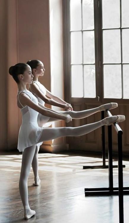 dos bailarinas de ballet con sus pies hacia arriba