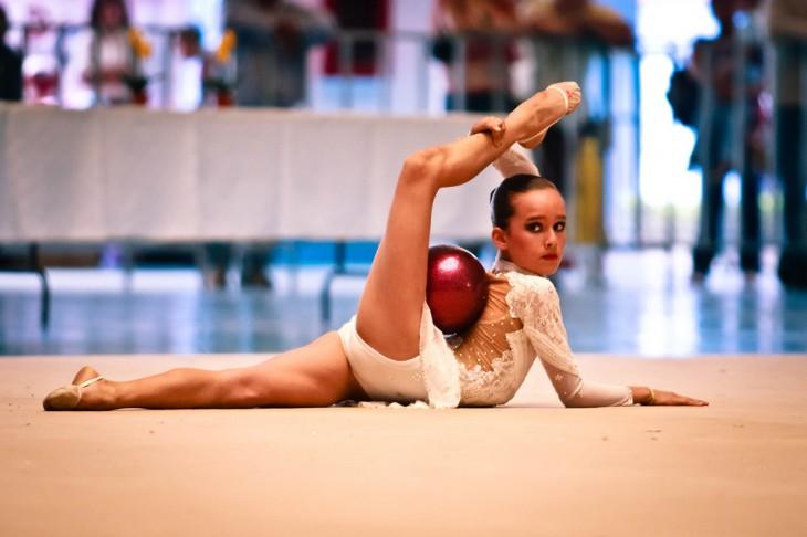 chica gimnasta realizando su número dentro de una competencia