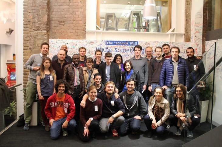 Foto grupal de empleados en una empresa de diseño