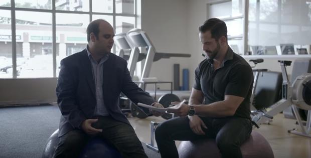 hombre proponiendo a un entrenador personal que le trabaje gratis