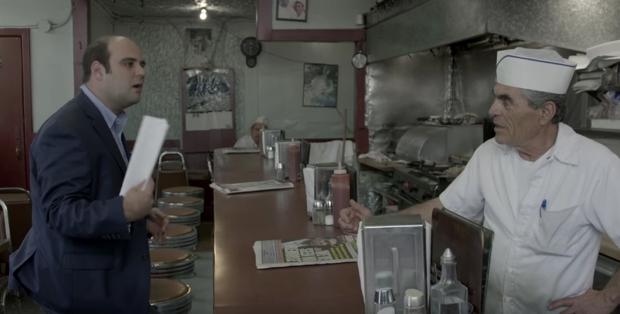 hombre proponiendo al dueño de un restaurante que le de comida gratis