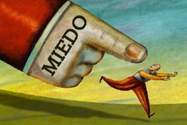 ilustración de una mano con la palabra miedo señalando a una persona que va huyendo de él