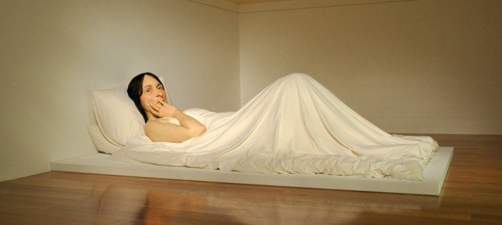 escultura gigante de una mujer acostada sobre un colchón