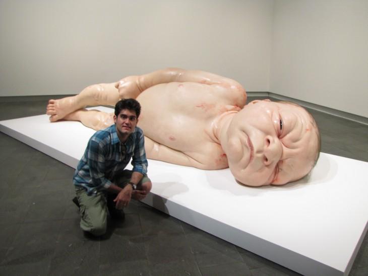 Escultura gigante de un bebé que acaba de nacer