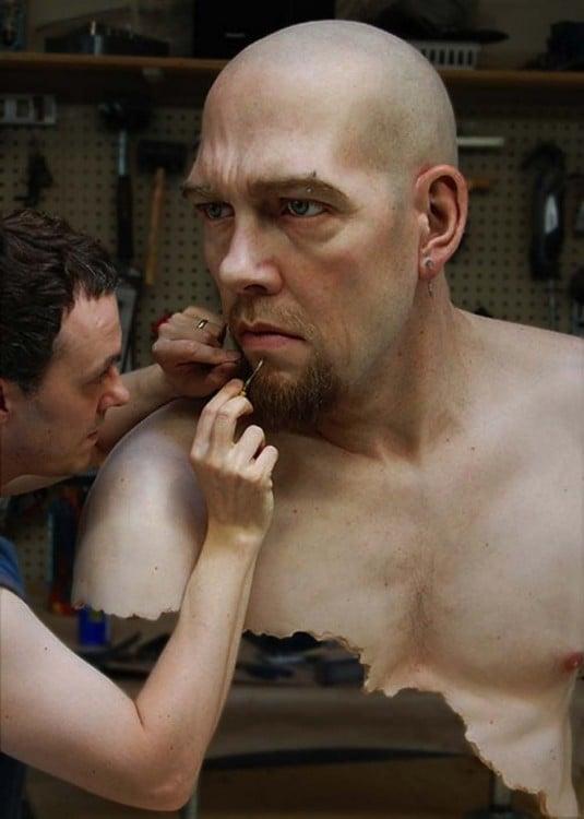 Ron Mueck esculpiendo una escultura con cara de hombre