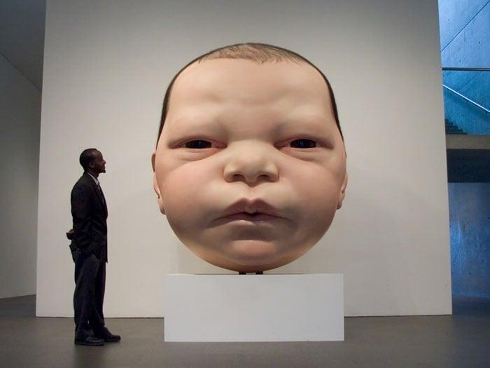 Escultura gigante de la cara de un bebé