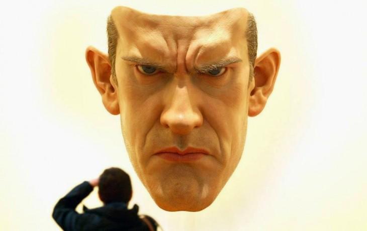 Escultura realista de Ron Mueck con la cara de un hombre