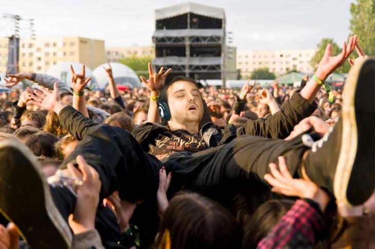 Se quedó dormido y lo mandaron a un concierto de rock en Reddit