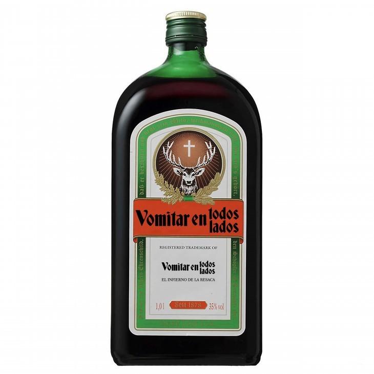 Botella de Jägermeister con una etiqueta honesta que dice vomitar en todos lados