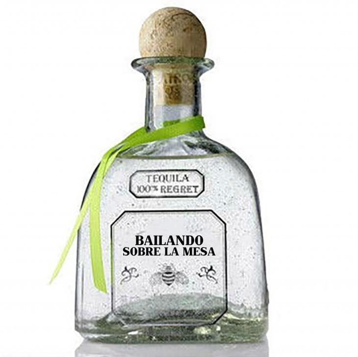 """Botella de tequila con una frase honesta sobre su etiqueta que dice """"bailando sobre la mesa"""""""