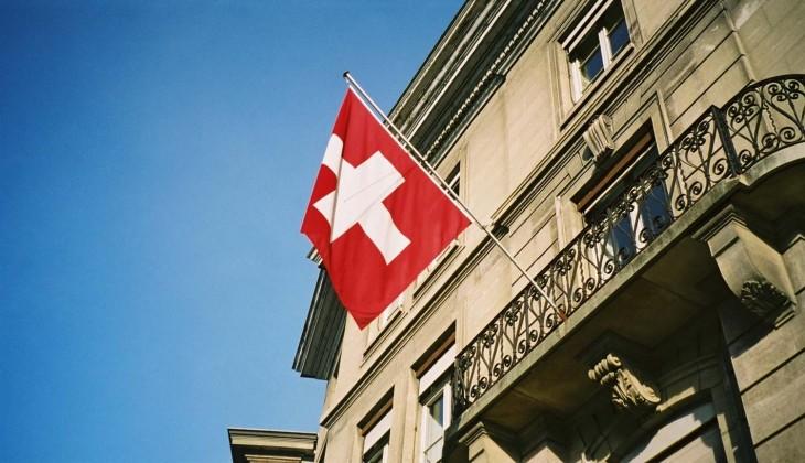 Bandera de Suiza afuera de un banco