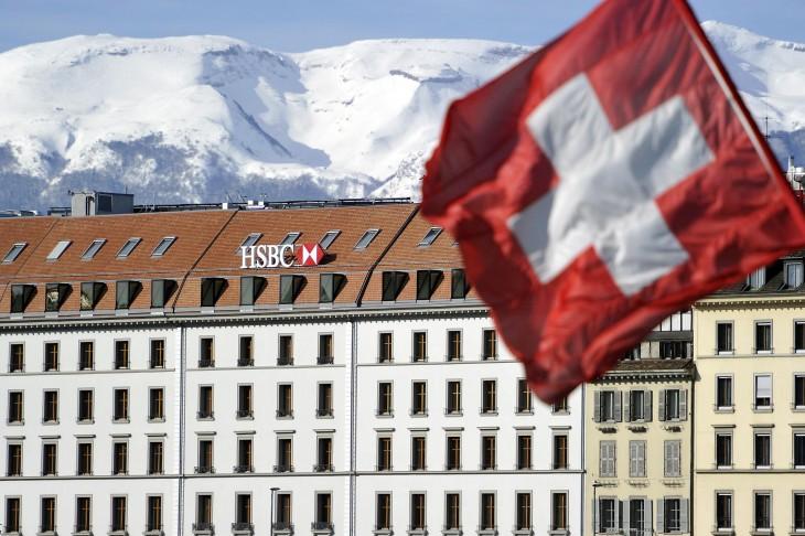 Bandera Suiza cerca de un edificio de HSBC