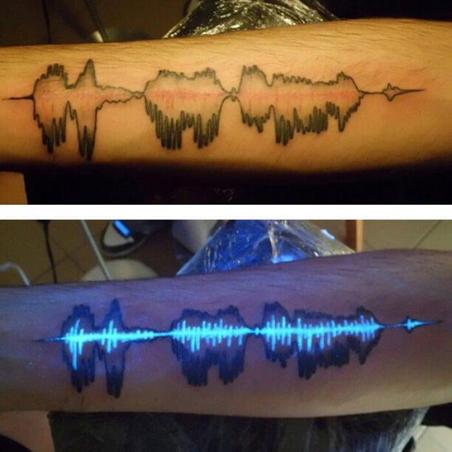 tatuaje ultravioleta con el diseño de ondas de sonido
