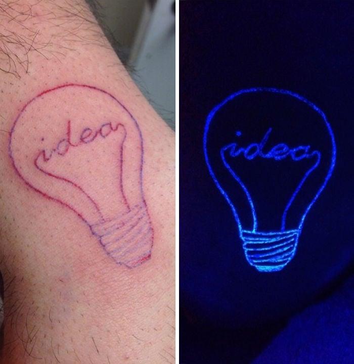 tatuaje ultravioleta con el diseño de un foco con la palabra idea