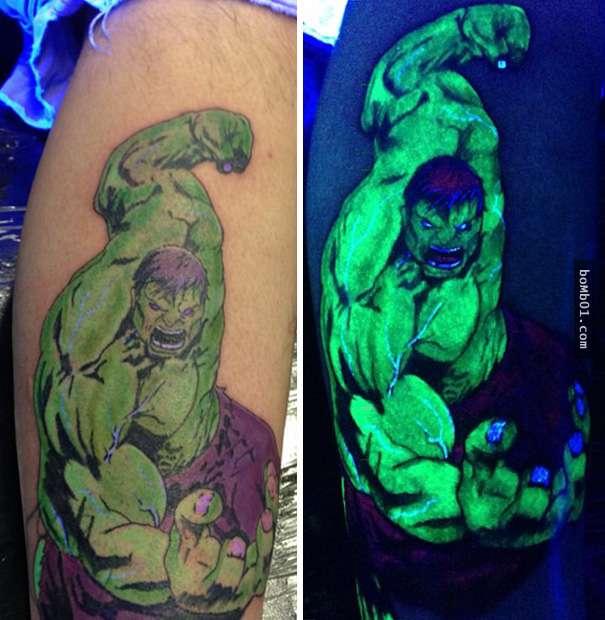 Tatuaje de Hulk con unos toques ultravioletas que brillan bajo la luz negra