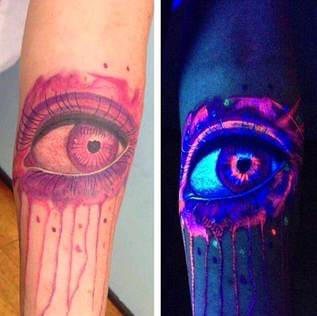Tatuaje ultravioleta con el diseño de un gran ojo