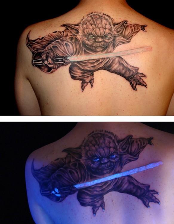 Tatuaje ultravioleta con el diseño de Yoda de Star Wars