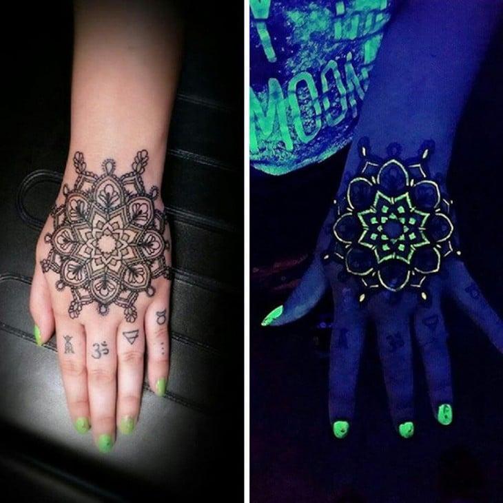 tatuaje ultravioleta en la mano en la luz y en la oscuridad