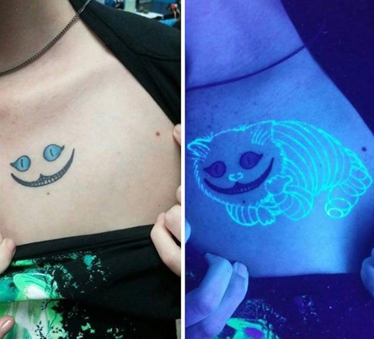 tatuaje ultravioleta del gato sonriente de Alicia en el país de las maravillas