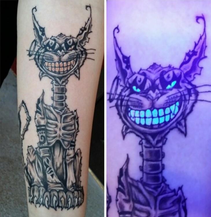 tatuaje ultravioleta que brilla bajo la luz negra con el diseño de un gato esqueletico sonriente