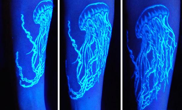 tatuaje ultravioleta que brilla bajo la luz negra con el diseño de una medusa