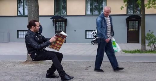 hombre que lee el periódico sentado en el aire