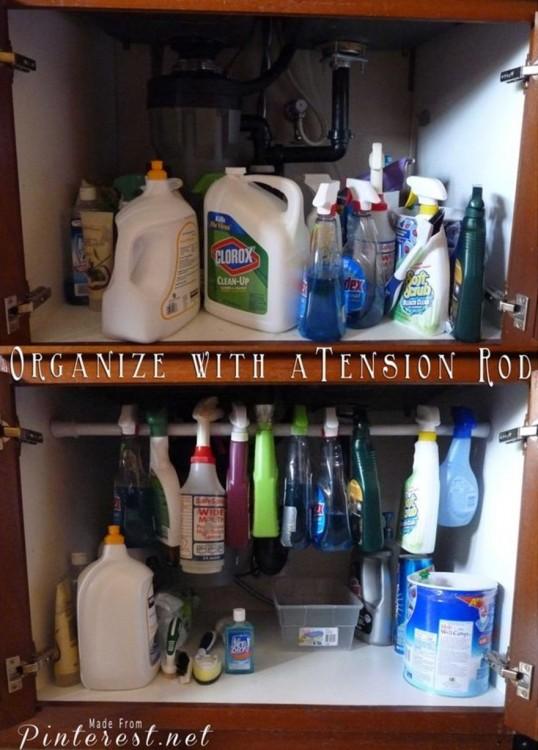 organiza tu alacena de la limpieza con una barra ajustadora en el centro y ahorra espacio.