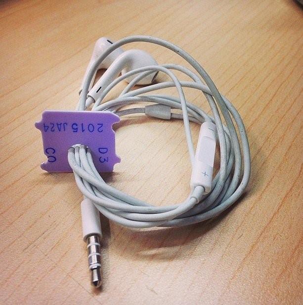 Audífonos con los clips para el pan en las bolsas y jamás se enredaran