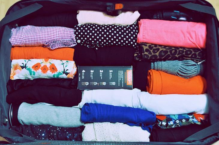enrrolla toda tu ropa en la maleta para evitar que el espacio se reduzca