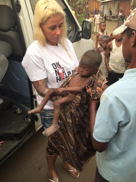 Activista cargando a niño de Nigeria acusado de ser brujo