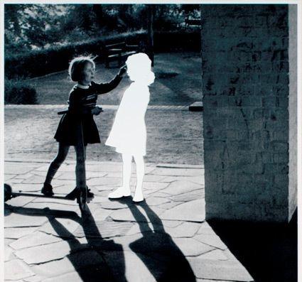 niña con amigo imaginario