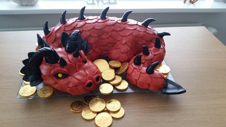 pastel de dragon rojo cuidando el tesoro