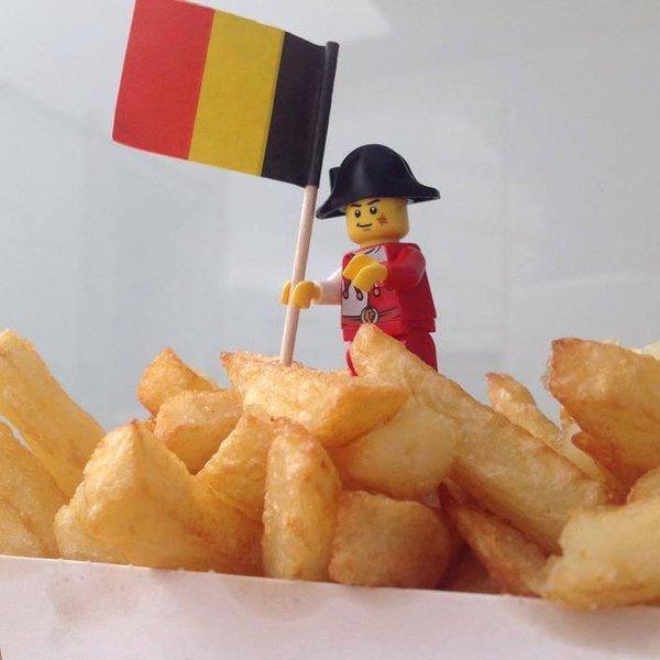 muñeco lego con una bandera de Bélgica sobre unas papas fritas