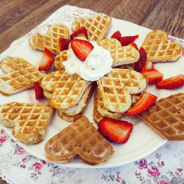 waffles en forma de corazón con crema y fresas