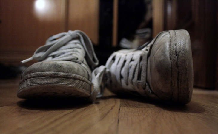 Sapatos sujos NA ENTRADA DA CASA