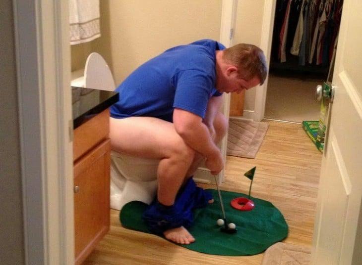 Poner el papel higiénico en el depósito