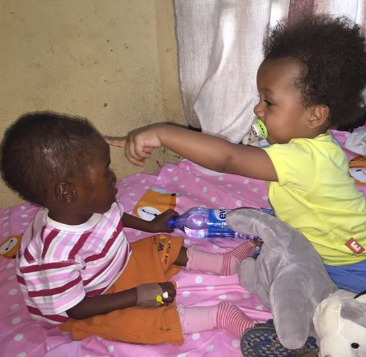 Niño nigeriano Hope jugando con otro niño en el refugio