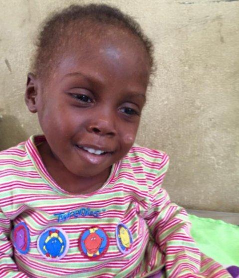 Hope, niño acusado de ser brujo en Nigeria, sonriendo