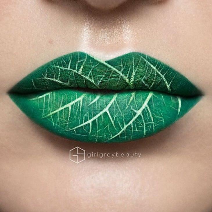 labios pintados con un diseño de una hoja verde