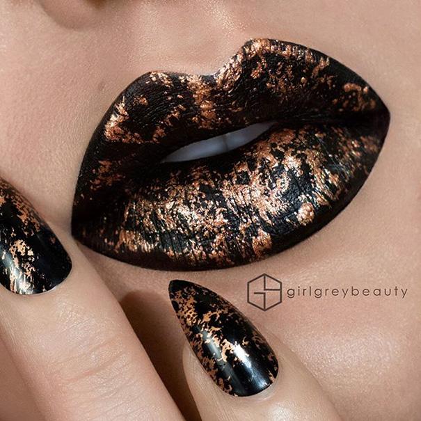 labios pintados con una base negra y algunos detalles en color dorado