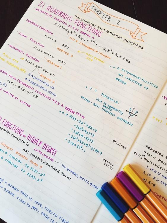 libreta con los apuntes alineados y organizados por colores diferentes