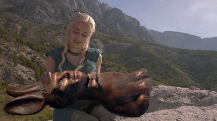 Batalla de Photoshop Daenerys Targaryen personaje de game of thrones con una estatua de conejo en sus manos